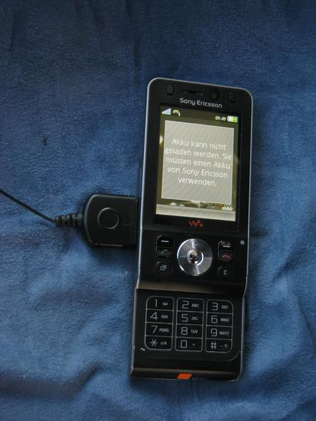 Sony Ericsson w910i does not recognice own battery Purchased September 2008, the device does not recognice the own battery and refuses charging the battery. A situation remembering on the Sony Rootkit.