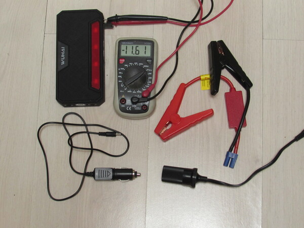 Powerbank Accessories Plugs for the car, universal power supply, photovoltaic, socket as in the car and a voltmeter are the most important accessories to the Notebook Powerbank. Picture 3